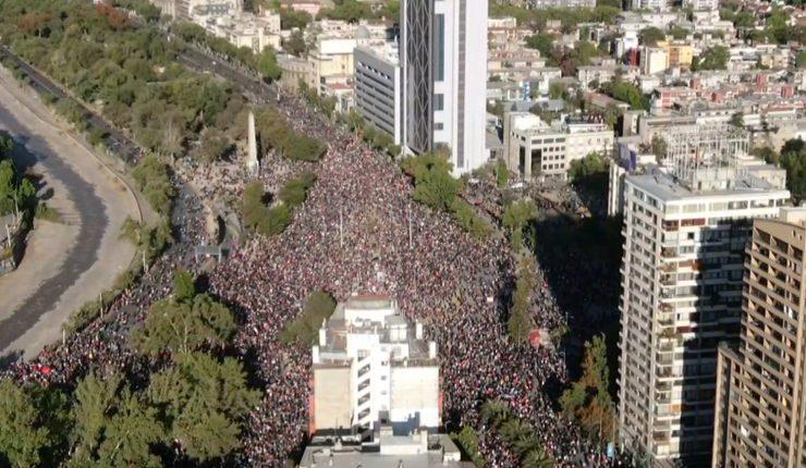 Masivas manifestaciones pacíficas marcan la jornada en Santiago, Valparaíso y Concepción.