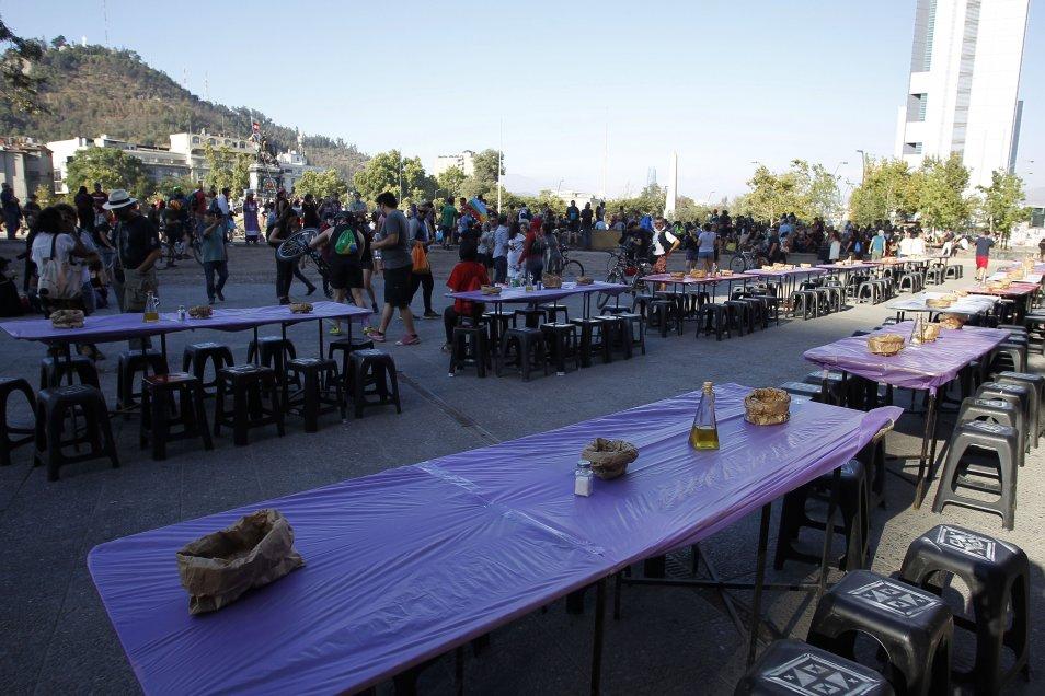 Arman mesa gigante en Plaza Baquedano para recibir el nuevo año.