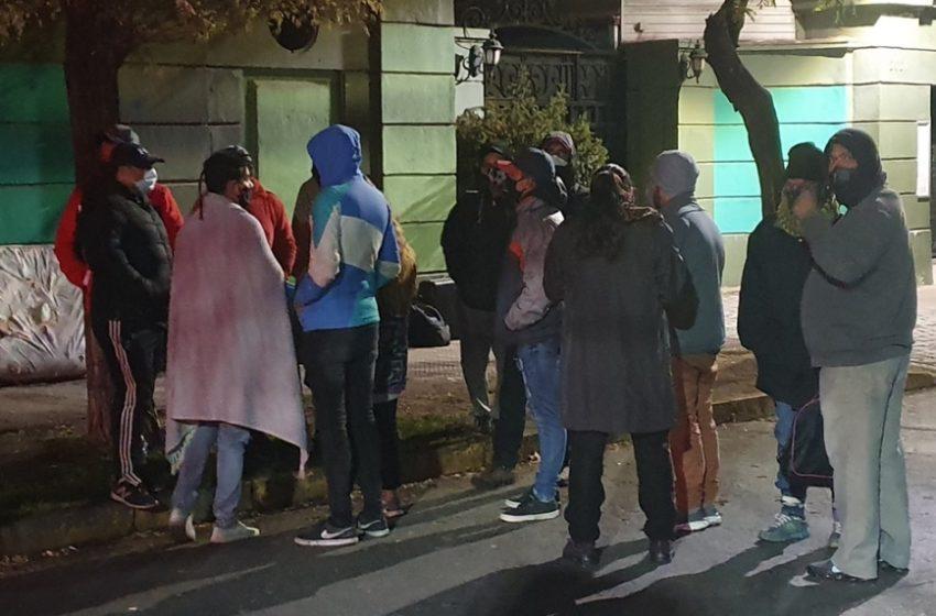 Dramática vigilia en Santiago de ciudadanos de Venezuela y Bolivia que buscan retornar a sus países