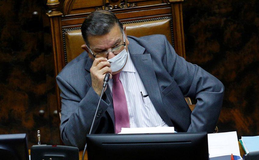 Senador Quinteros alega que la enfermera le autorizó a viajar de Santiago a Puerto Montt