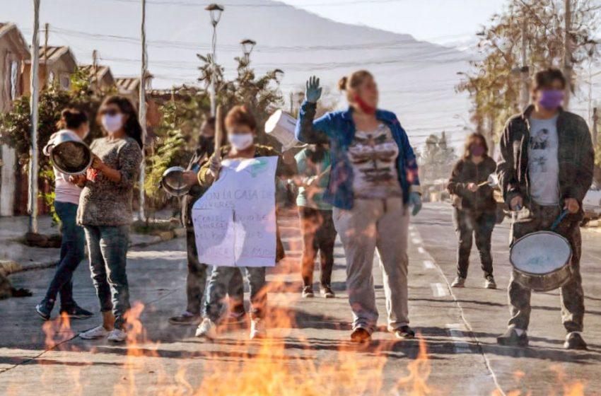 Vecinos de diversas comunas de Santiago salieron a protestar por falta de alimentos y trabajo