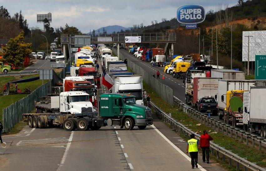 """Camioneros anuncian más bloqueos y radicalizan el paro ante """"migajas ofrecidas por gobierno"""""""