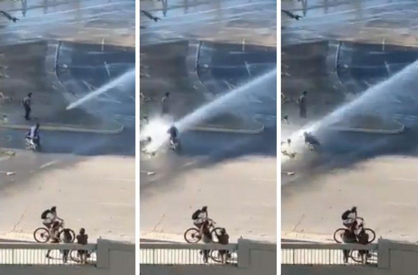 Carabineros ataca con carro a lanzaaguas a persona en silla de ruedas en Plaza de la Dignidad