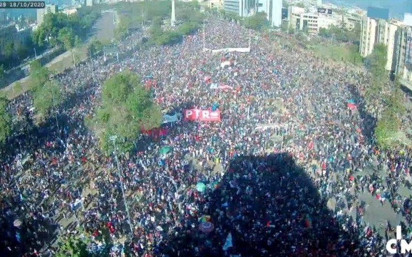 Multitudinaria manifestación en Plaza de la Dignidad a un año del 18 de octubre