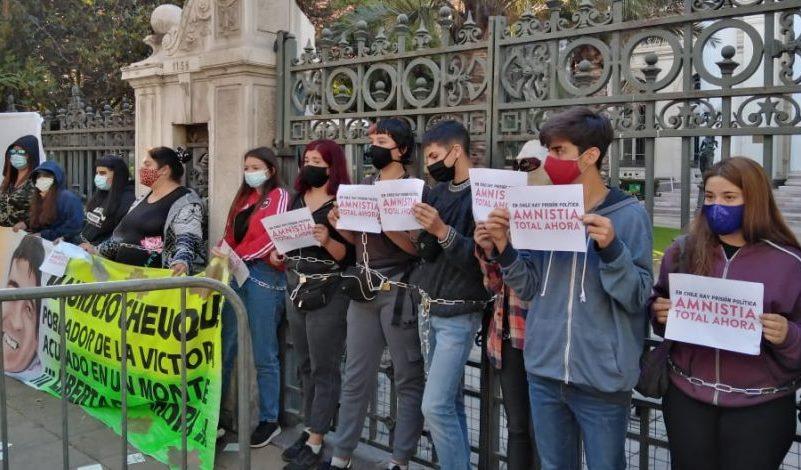 Secundarios se amarraron a la reja de exCongreso pidiendo libertad para detenidos del estallido social