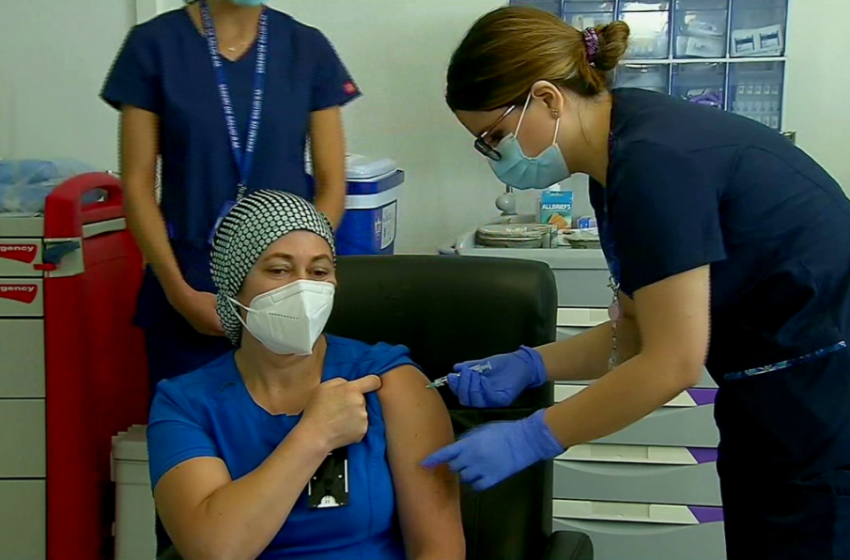 TENS del Hospital Sótero del Río fue la primera persona en ser vacunada contra el Covid-19 en Chile